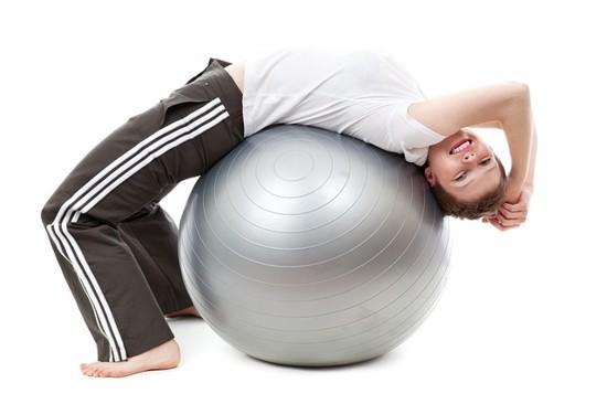 Skuteczne sposoby na wzdęcia to ćwiczenia fizyczne