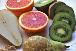 Sezonowe owoce południowe, czyli kiwi, pomarańcze, a także nasza gruszka