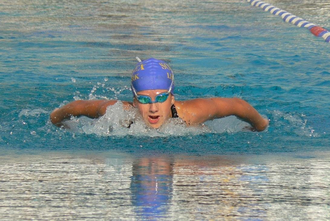 Pływanie wspomaga stosowaną dietę i niewątpliwie wspiera osiągnięcie płaskiego brzucha