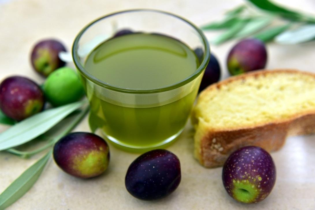 Dieta śródziemnomorska a zdrowe tłuszcze typu oliwa z oliwek, orzechy, migdały, nasiona, pestki, awokado, ryby i owoce morza